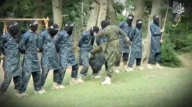 Un nou video de propaganda al ISIS arata cum se antreneaza recrutii. Instructorul ii loveste cu piciorul in organele genitale