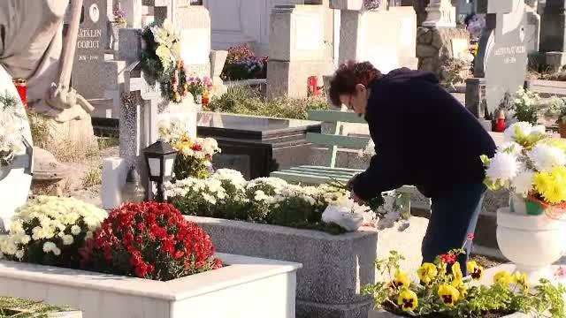 Forfota in cimitire, de Ziua Mortilor. Credinciosii au mers la mormintele celor dragi pentru a depune coroane si lumanari