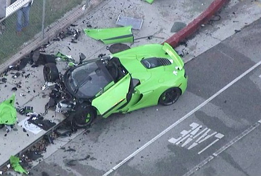 Bolid facut praf in Los Angeles. Ce a mai ramas dintr-un McLaren de 185.000 de dolari dupa o cursa de strada. VIDEO