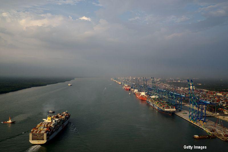 Aproape 3.000 de tone de deseuri miniere, toxice, din Romania urmau sa fie aruncate ilegal in Malaezia. Traseul incarcaturii