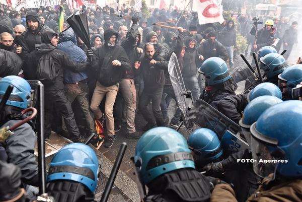 Proteste violente in Florenta. Sute de manifestanti anti-guvernamentali s-au batut cu politistii. FOTO si VIDEO