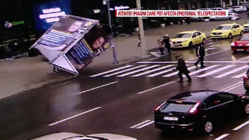 Barbatul lovit de un panou publicitar luat de vant a murit. Autoritatile din Iasi refuza sa spuna cine se face vinovat