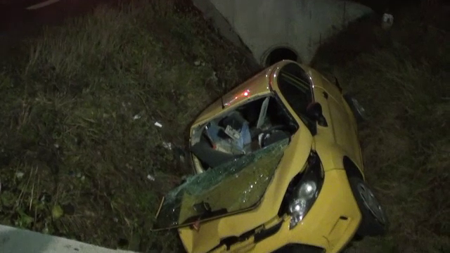 Un sofer de 26 de ani a plonjat cu masina in rapa, pe un drum din judetul Cluj.