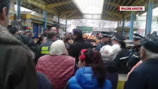 Circ in piata centrala din Bacau, dupa un control al ANAF-ului. Comerciantii au aruncat cu cartoane in inspectori
