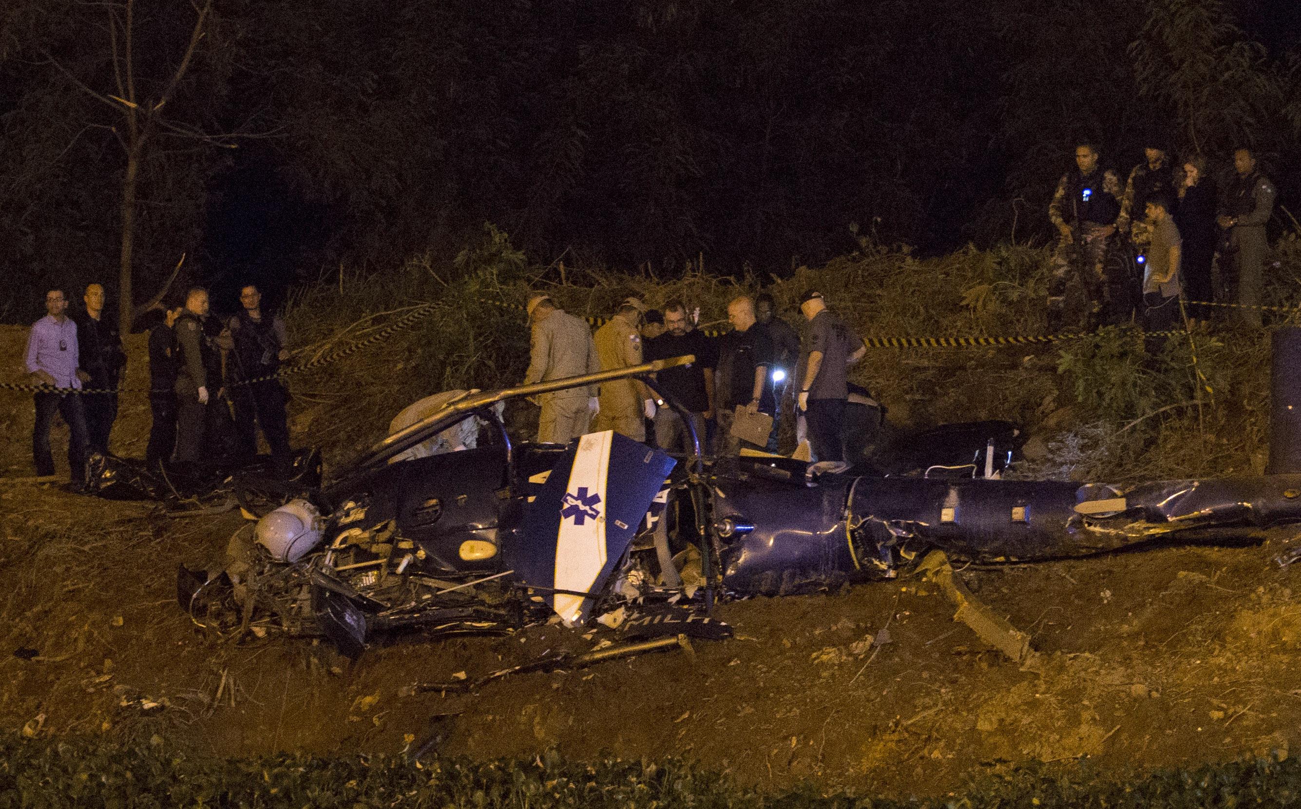 4 politisti morti dupa ce elicopterul in care se aflau s-a prabusit in Rio de Janeiro. Cine ar fi doborat aeronava. VIDEO