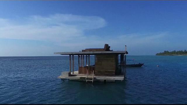 Camera de hotel din mijlocul oceanului, ideala pentru luna de miere. Prin peretii dormitorului subacvatic se vad pestii
