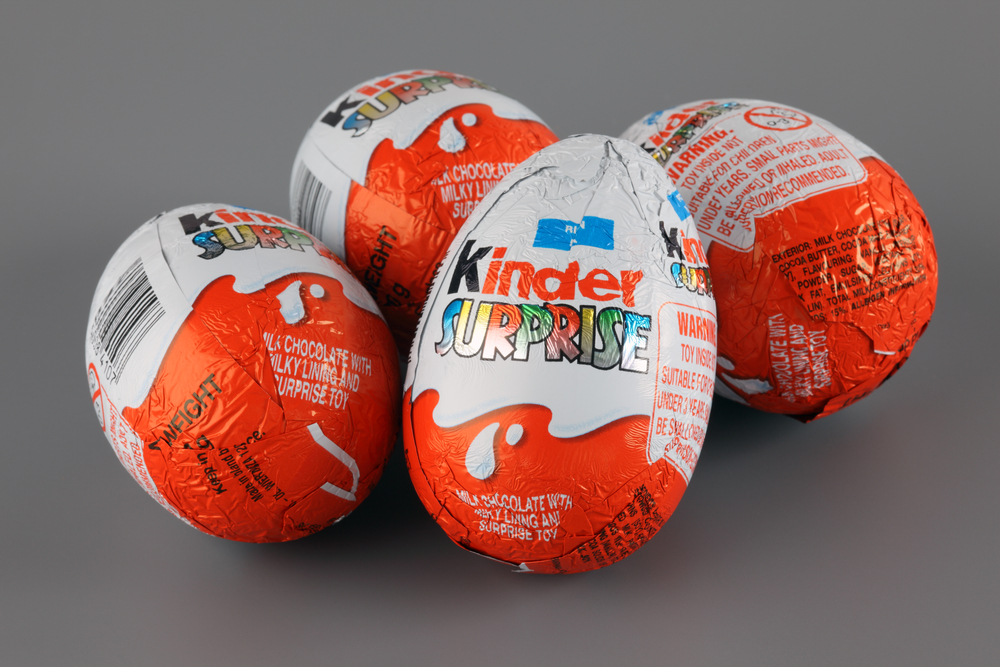 Tabloidul The Sun: Copiii romani sunt platiti cu 22 penny pe ora pentru a asambla jucariile din ouale Kinder