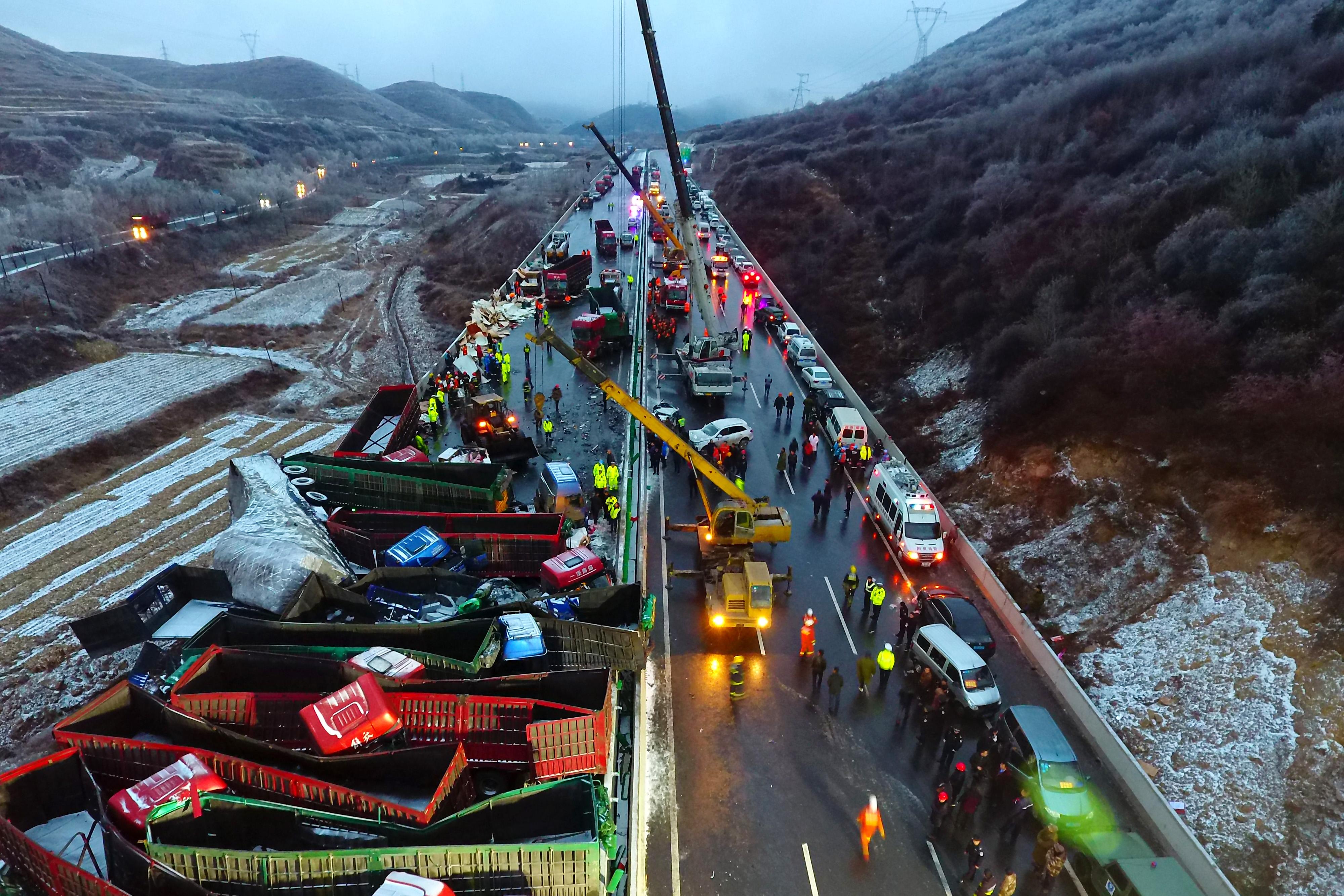 17 morti si 37 de raniti, intr-un accident in lant produs pe o autostrada. In carambol au fost implicate 56 de masini
