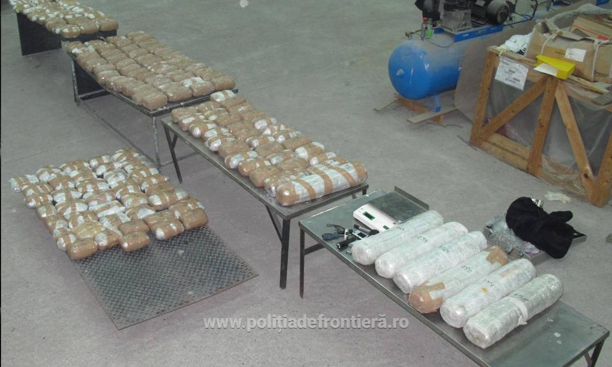 Peste 110 kilograme de marijuana, descoperite de politistii de frontiera de la Calafat. Cine se afla la volanul TIR-ului