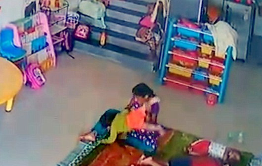 Imagini socante filmate intr-o cresa. Fetita de 9 luni, cu craniul fracturat dupa ce a fost batuta de o ingrijitoare. VIDEO