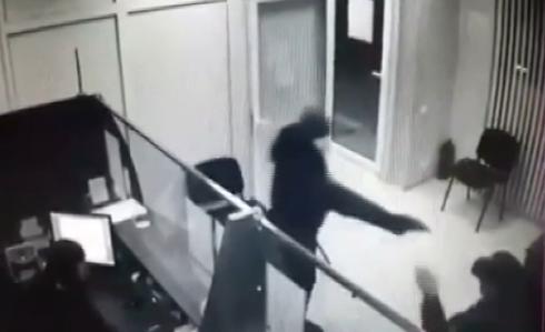 Un barbat inarmat cu un pistol si o ranga a jefuit o banca din R. Moldova. Paznicul a fost batut si este in stare grava.VIDEO