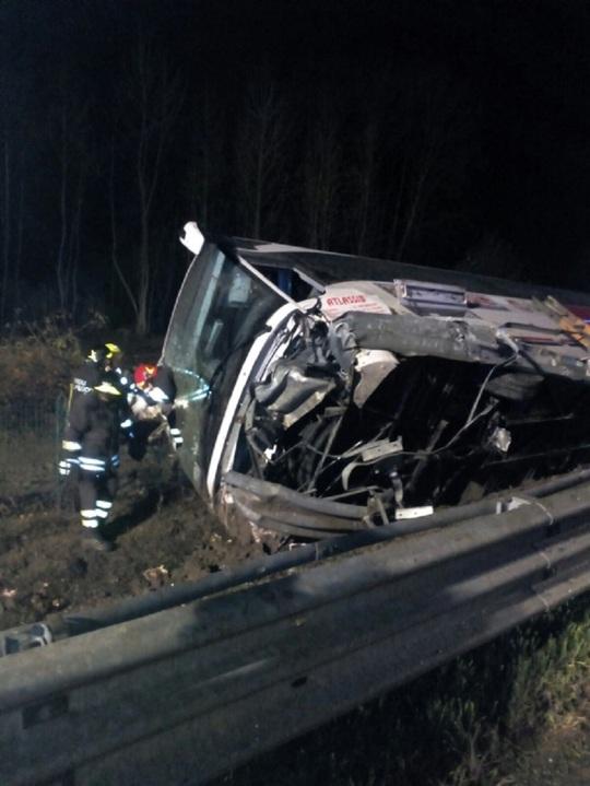 Autocar romanesc rasturnat in Italia, opt persoane au fost ranite. Ambasada: Pasagerii au fost preluati de un alt autocar