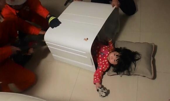 O fetita in varsta de doi ani din nord-vestul Chinei a ramas blocata intr-o masina de spalat. In cat timp a fost scoasa