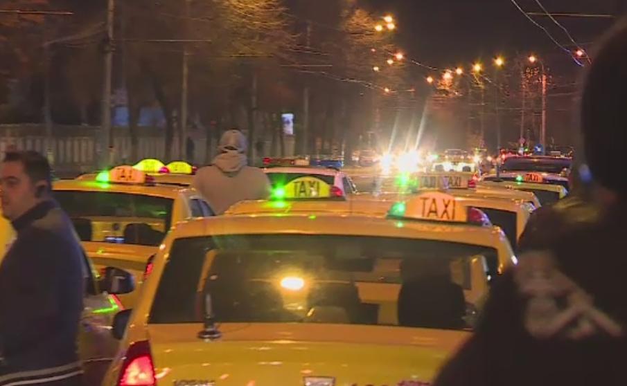 Protest cu zeci de taximetristi in Bucuresti. Soferii au aruncat cu oua si faina in masinile Uber
