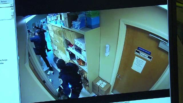Spargere la un cabinet stomatologic. Al doilea suspect s-a ascuns de polițiști în tavanul fals
