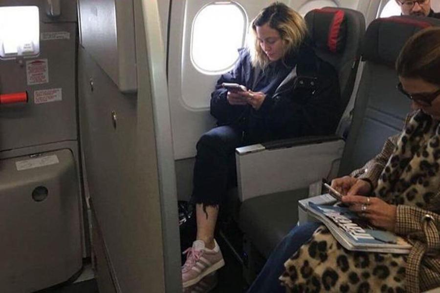 Madonna, fotografiată când călătorea cu avionul la clasa