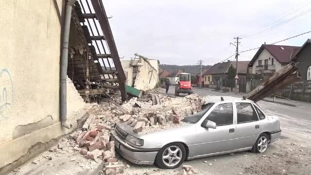 Maşină îngropată în moloz de muncitori, pe un şantier din Sibiu