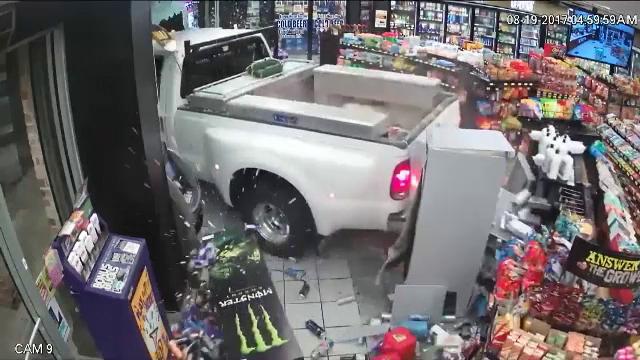 Nouă metodă de furt, în SUA, unde hoții pleacă cu tot cu bancomate din magazine