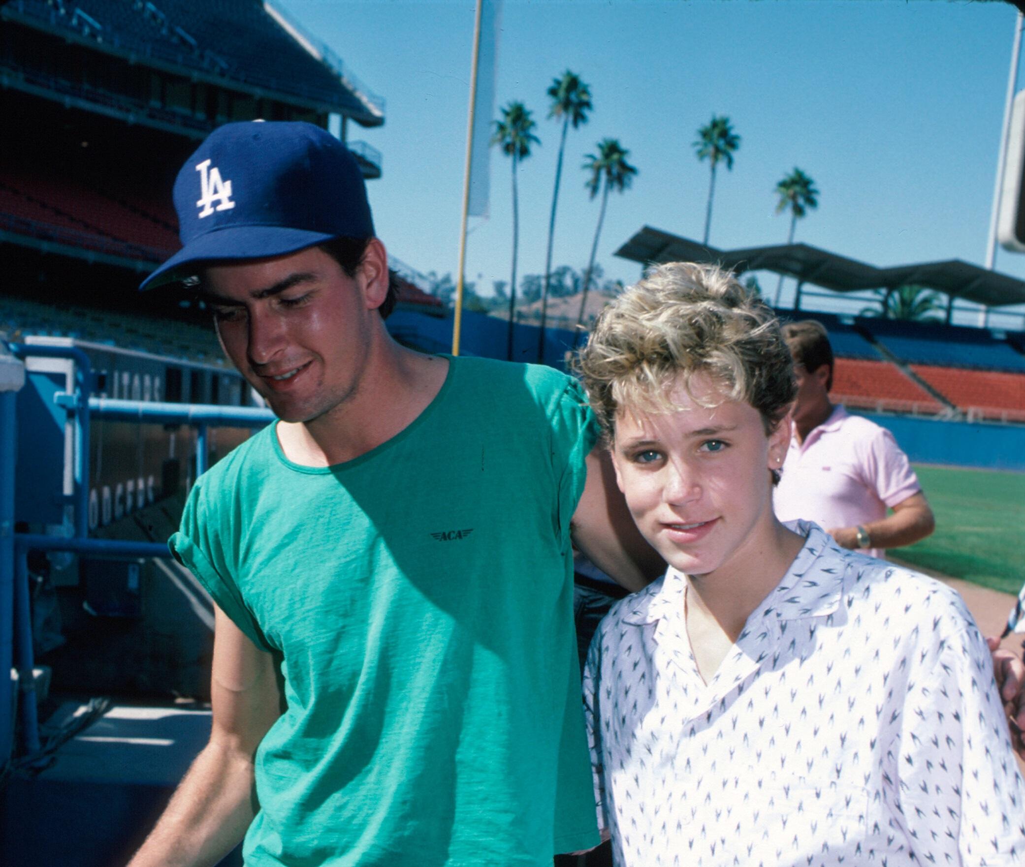 Charlie Sheen, acuzat că ar fi violat un copil-minune al Hollywoodului în urmă cu 30 de ani