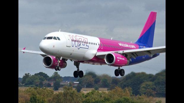 Panică într-un avion Wizz Air. Ce a încercat să facă un bărbat înainte de a fi oprit de echipaj
