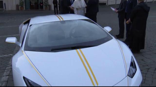 Papa a primit cadou un Lamborghini