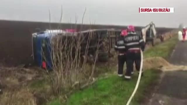 TIR încărcat cu azotat de amoniu, răsturnat în Buzău. Pompierii descărcat marfa în 6 ore