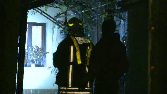 Trei case au ars în Bucureşti, din cauza unui locatar care se încălzea cu lemne şi cauciucuri