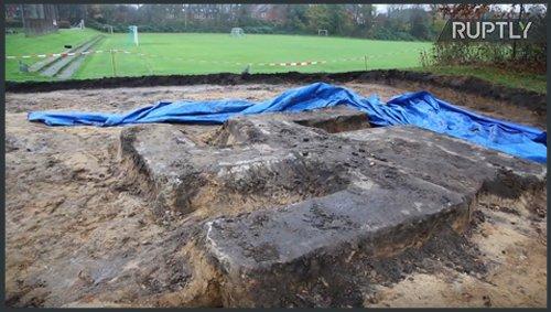 Svastică gigant, din beton, dezgropată de sub un teren de fotbal. Ce ascunde de fapt simbolul nazist
