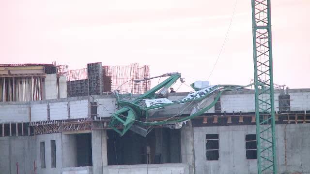 O macara s-a prăbuşit peste o clădire, la Spitalul de Copii din Timişoara