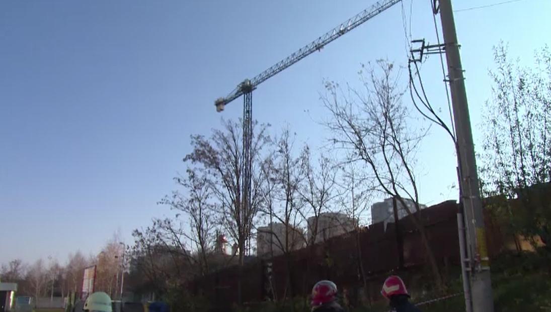 Zeci de oameni evacuați din locuințe în Pitești, din cauza unei macarale