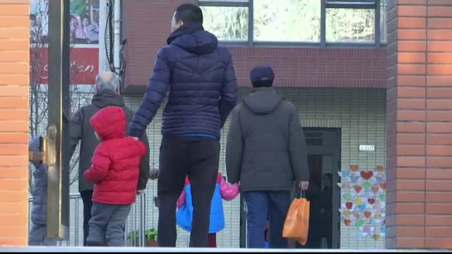 Copii puși să înghită pastile și sirop, înainte de somnul după-amiază, la o grădiniță din China