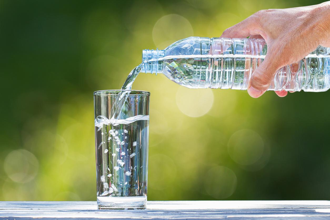Un bărbat din Harghita a reclamat la OPC că s-a îmbătat cu apă plată cumpărată din supermarket