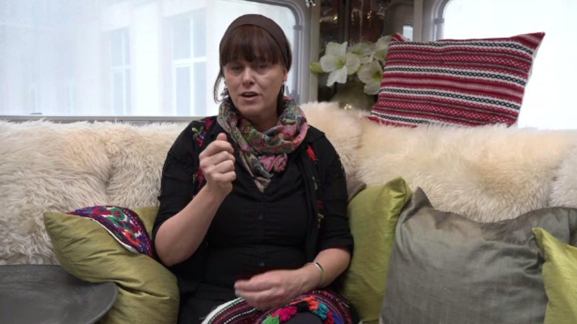 O scriitoare din Suedia își dorește să promoveze tradițiile și muzica autentică din România