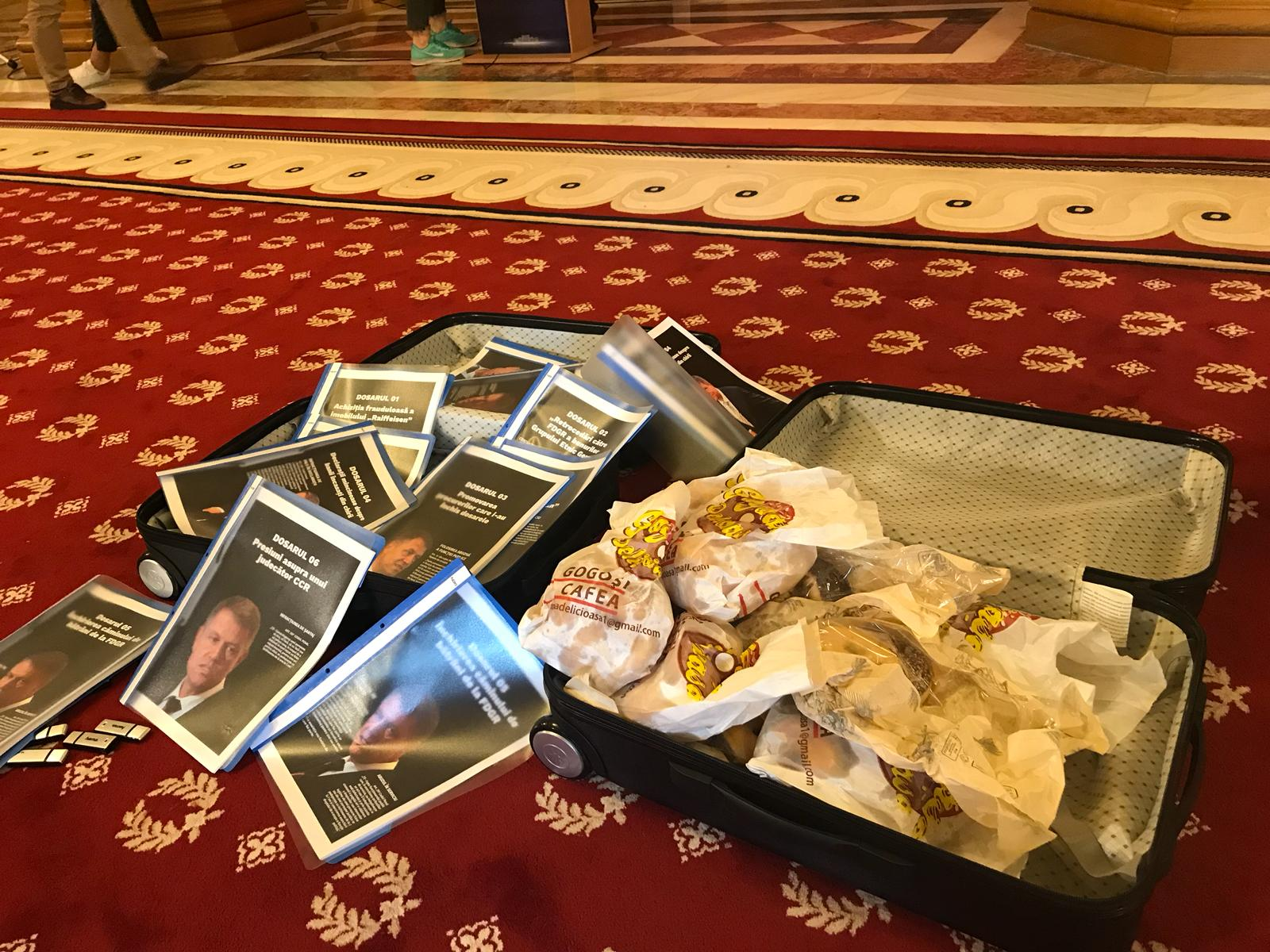Scandalul Tel Drum. Liviu Dragnea a prezentat jurnaliștilor două valize cu dosare și gogoși