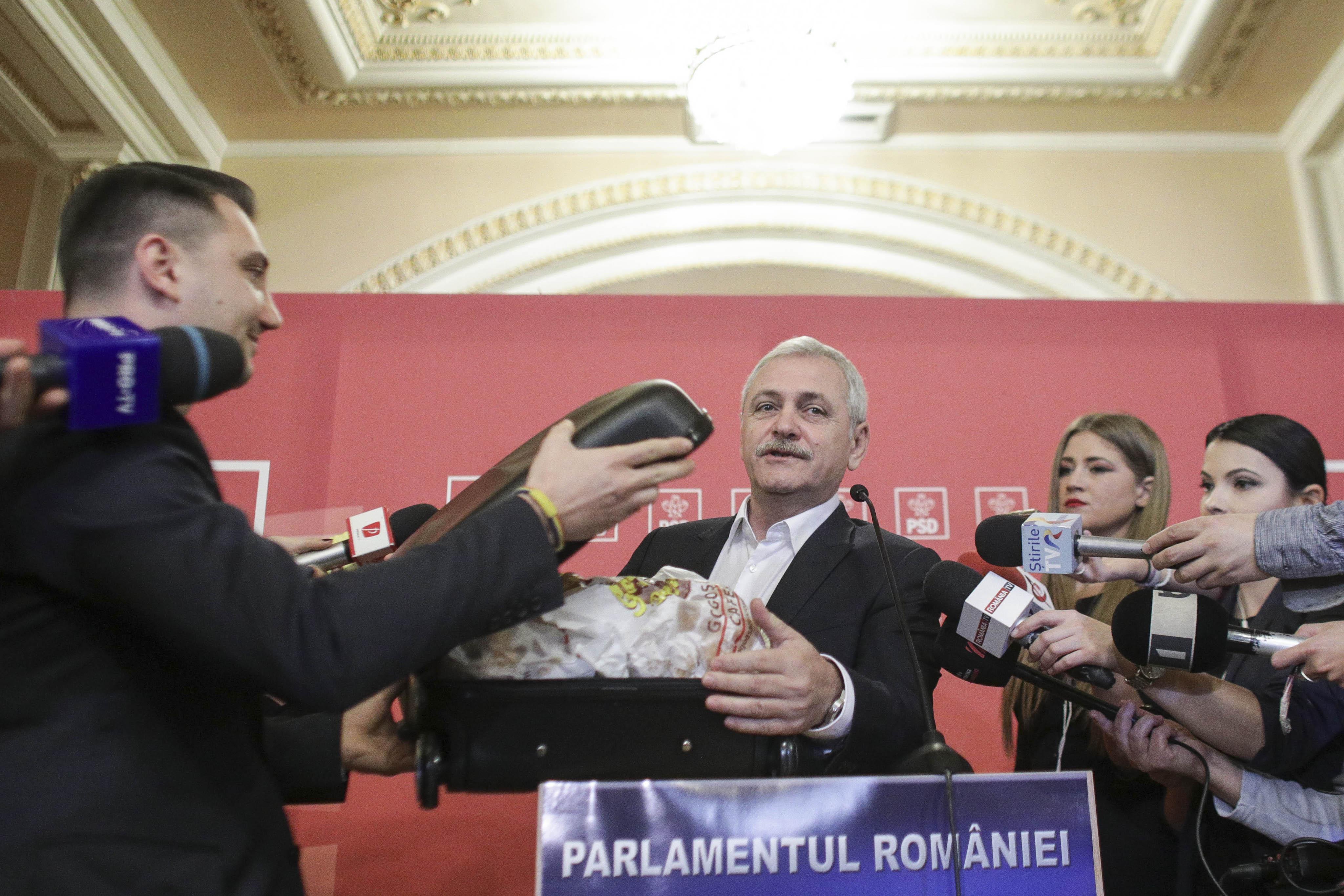 Dragnea le-a prezentat jurnaliștilor două valize cu dosare și gogoși