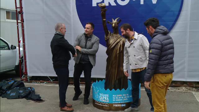 """Campania anti-invidie """"Trăiască capra vecinului"""", inițiată de PressOne. Statuia primită de Pro TV"""