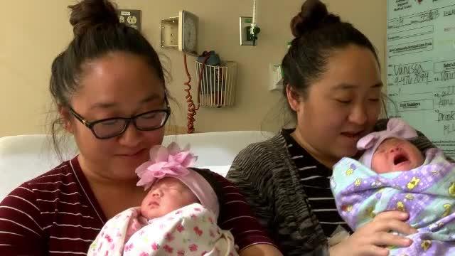 Povestea surorilor gemene care au născut în aceeaşi zi. Ce este ciudat la copiii lor