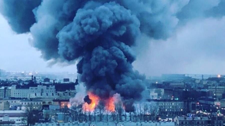 Incendiu puternic într-un centru comercial din Rusia. 800 de oameni au fost evacuați. VIDEO