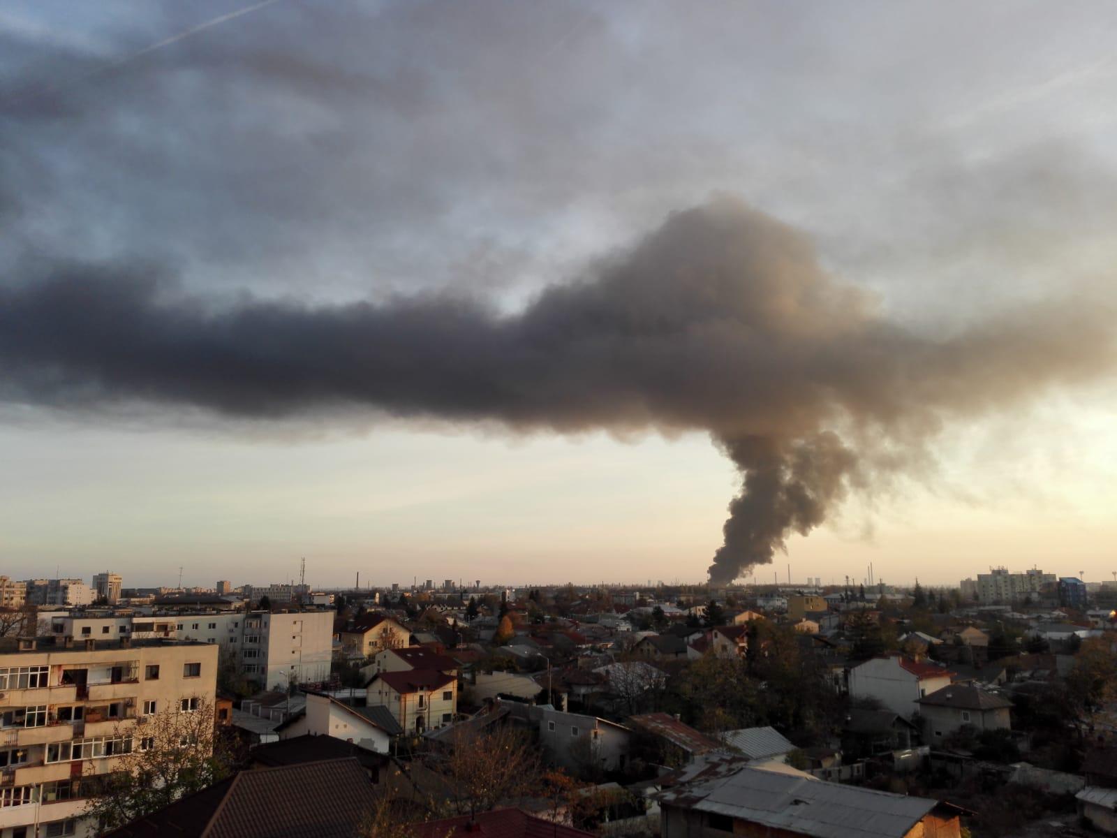 Incendiu la un depozit de mase plastice, în Ploiești. Populaţia, sfătuită să rămână în locuinţe