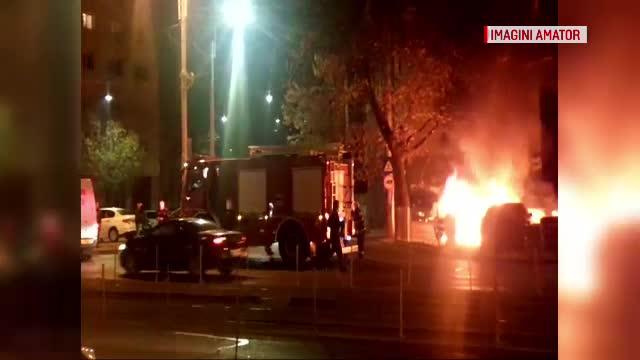 Două mașini au ars lângă Pasajul Basarab. Scânteile de la un panou electric au pornit incendiul