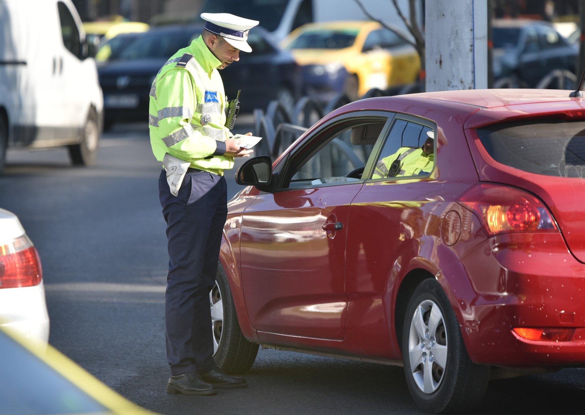 """Discuție polițist - șoferiță: """"De ce nu purtați centura?"""". """"Pentru că mi-am pus silicoane. Nu se vede?"""""""