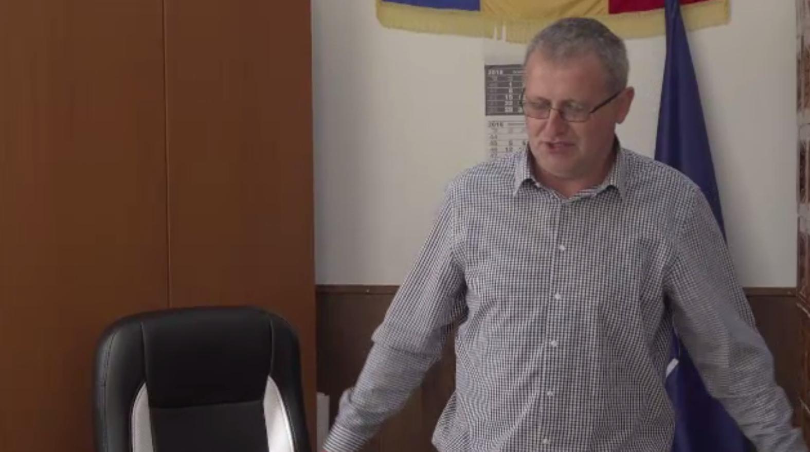 Primarul acuzat de act sexual cu o minoră, trimis în judecată. Cum se apără edilul