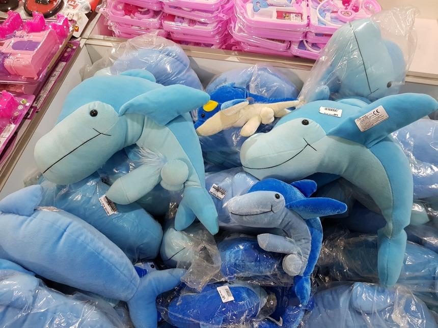 Delfini de pluş cu tentă sexuală, la un magazin care vinde produse confiscate de autorităţi
