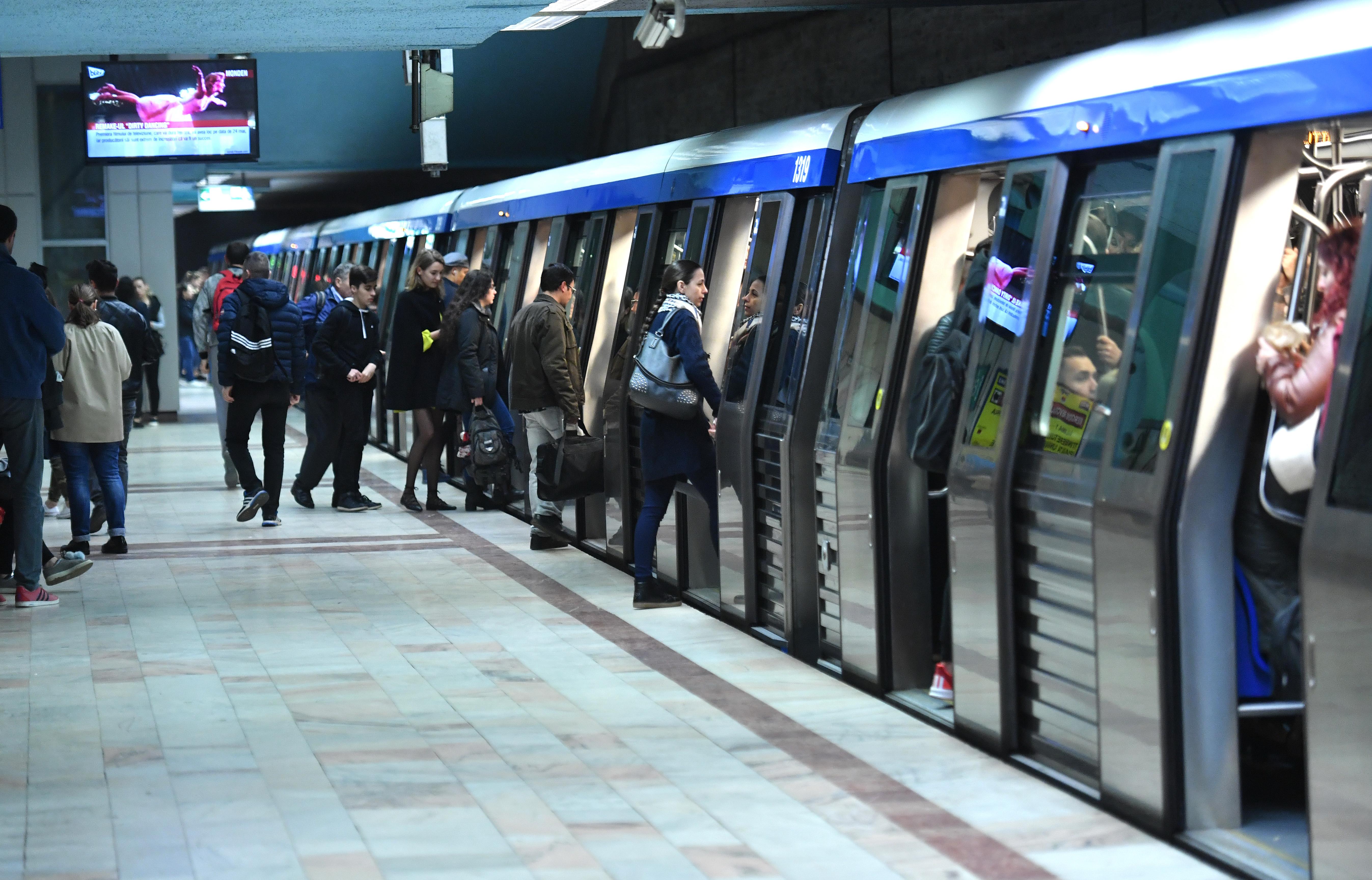 Un tren de metrou s-a defectat la staţia Tineretului. Metrorex l-a retras din circulație