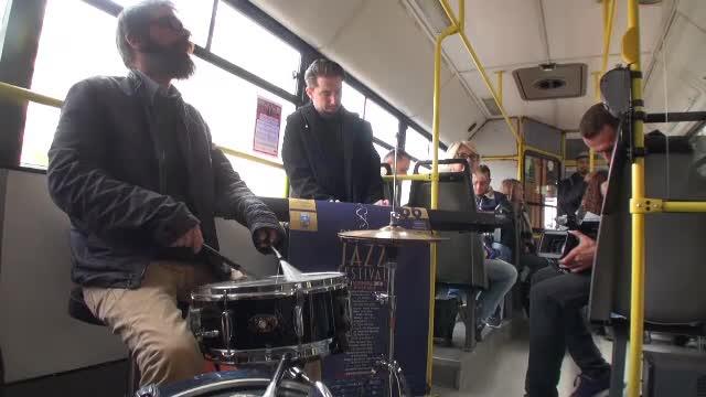 Un autobuz din Ploiești a găzduit un spectacol de jazz