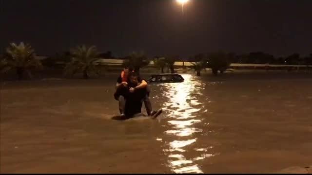 Inundații masive au avut loc în Kuwait. Șuvoaiele s-au revărsat pe șosele