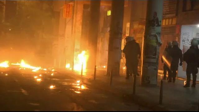 Ciocniri între polițiști și protestatari la comemorarea Revoltei de la Politehnica din Atena