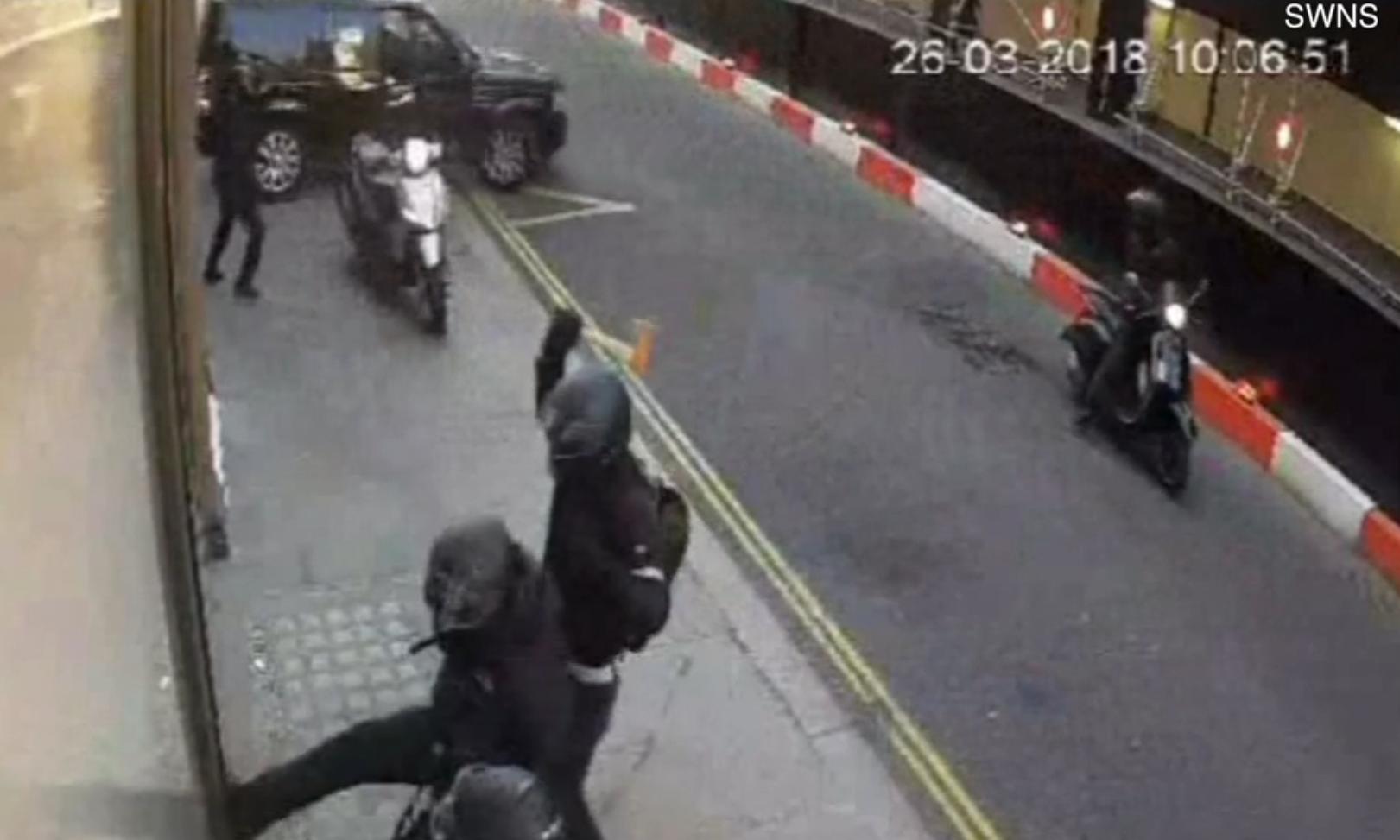 Momentul în care o bandă de hoți a încercat să jefuiască un magazin de bijuterii din Londra. VIDEO