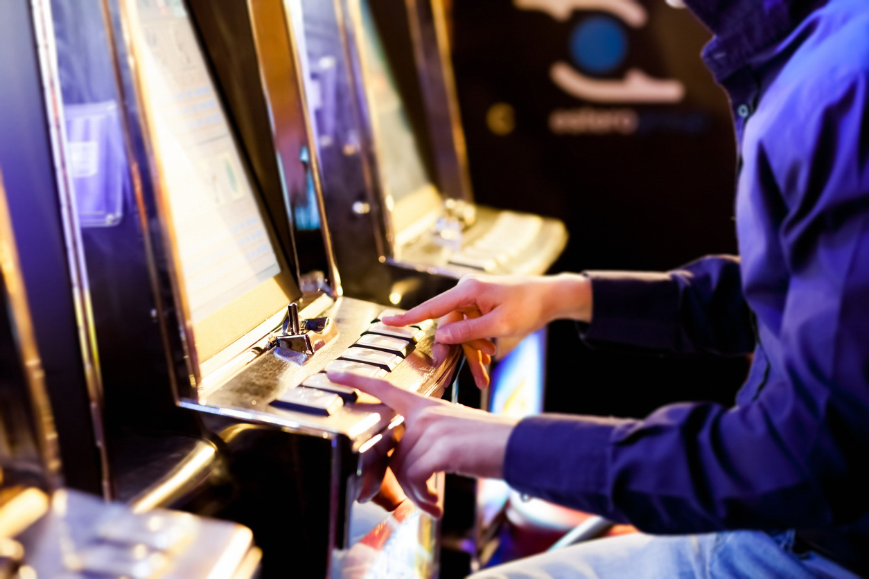 Supărat că a pierdut la jocurile de noroc, un bărbat a distrus aparatul și a fost reținut