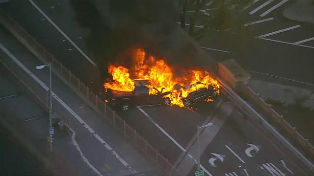 Coliziune pe Brooklyn Bridge cu 4 mașini: 3 au luat foc